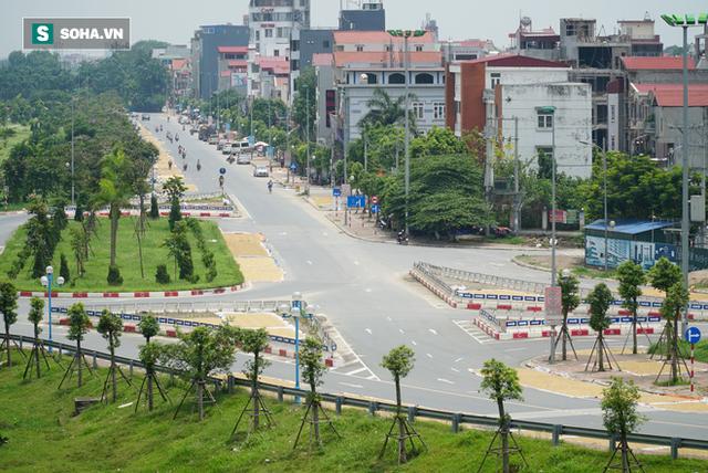 Cận cảnh đường dẫn lên cây cầu đẹp nhất Việt Nam bị người dân Hà Nội hô biến thành nơi phơi thóc - Ảnh 1.