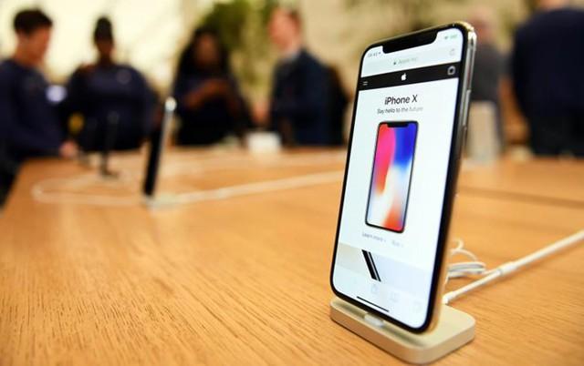 Vì sao smartphone bày sẵn trên kệ shop không bao giờ được bán? Hình ảnh này sẽ thay lời muốn nói! - Ảnh 1.