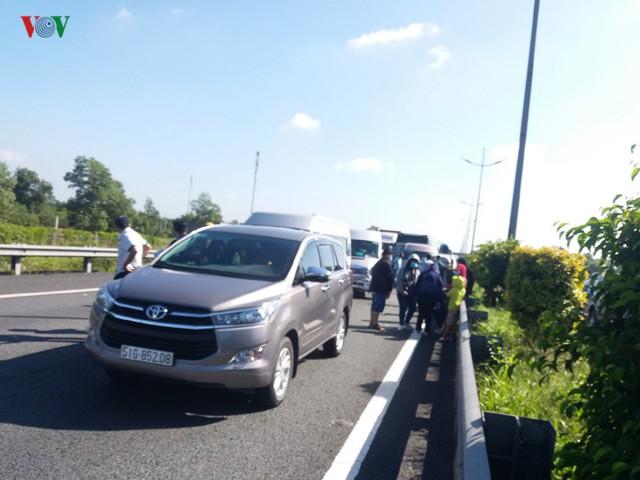 7 ô tô tông liên hoàn trên cao tốc, hơn 100 người thoát nạn - Ảnh 1.