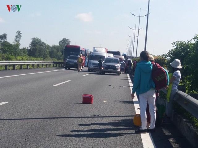 7 ô tô tông liên hoàn trên cao tốc, hơn 100 người thoát nạn - Ảnh 2.