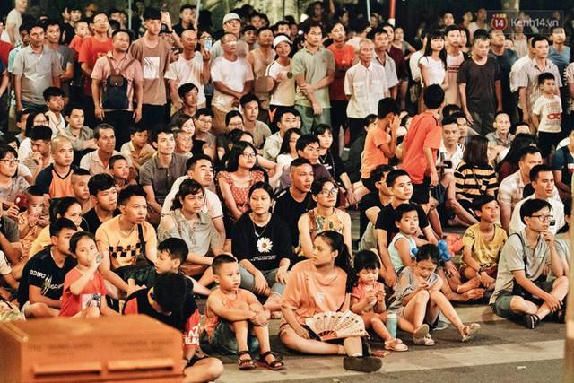 Hàng triệu CĐV Hà Nội và Sài Gòn xuống đường cổ vũ đội tuyển Việt Nam đá chung kết Kings Cup 2019 - Ảnh 2.