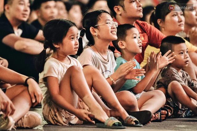 Hàng triệu CĐV Hà Nội và Sài Gòn xuống đường cổ vũ đội tuyển Việt Nam đá chung kết Kings Cup 2019 - Ảnh 3.