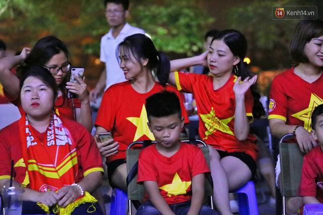 Hàng triệu CĐV Hà Nội và Sài Gòn xuống đường cổ vũ đội tuyển Việt Nam đá chung kết Kings Cup 2019 - Ảnh 14.