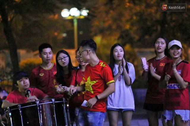 Hàng triệu CĐV Hà Nội và Sài Gòn xuống đường cổ vũ đội tuyển Việt Nam đá chung kết Kings Cup 2019 - Ảnh 15.