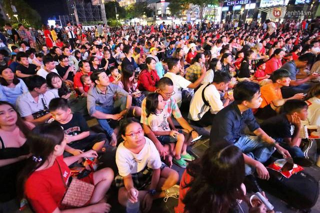 Hàng triệu CĐV Hà Nội và Sài Gòn xuống đường cổ vũ đội tuyển Việt Nam đá chung kết Kings Cup 2019 - Ảnh 21.