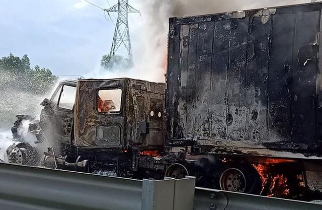 Ô tô cháy ngùn ngụt trên cao tốc TPHCM – Dầu Giây - Ảnh 3.