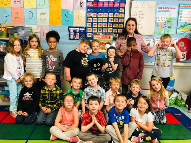 Cảm động với câu chuyện cả trường học ngôn ngữ ký hiệu để chào đón cô bé khiếm thính đầu tiên - Ảnh 3.
