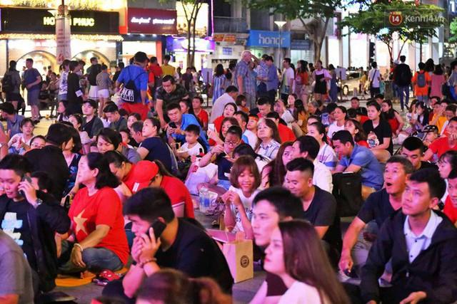 Hàng triệu CĐV Hà Nội và Sài Gòn xuống đường cổ vũ đội tuyển Việt Nam đá chung kết Kings Cup 2019 - Ảnh 22.