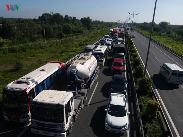 7 ô tô tông liên hoàn trên cao tốc, hơn 100 người thoát nạn - Ảnh 5.