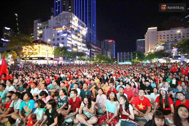 Hàng triệu CĐV Hà Nội và Sài Gòn xuống đường cổ vũ đội tuyển Việt Nam đá chung kết Kings Cup 2019 - Ảnh 6.
