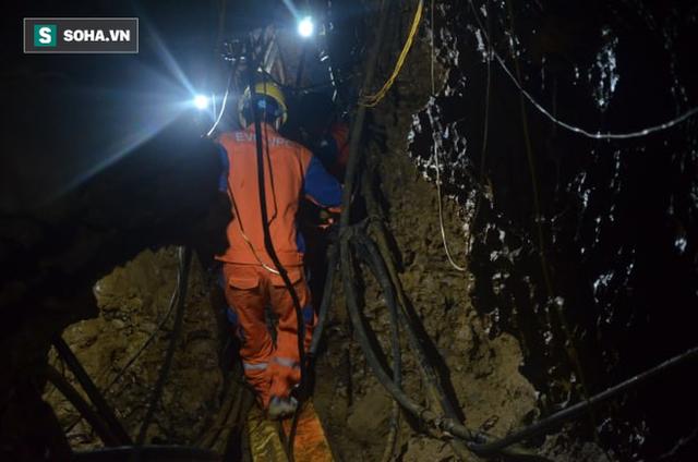 Từ hiện trường cứu hộ người đàn ông mắc kẹt dưới hang ở Lào Cai: Có mùi tử khí phát ra - Ảnh 6.