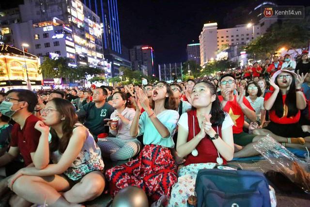 Hàng triệu CĐV Hà Nội và Sài Gòn xuống đường cổ vũ đội tuyển Việt Nam đá chung kết Kings Cup 2019 - Ảnh 7.