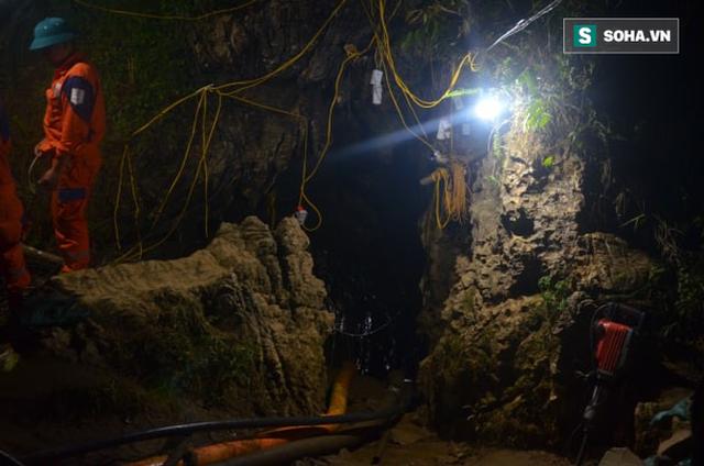 Từ hiện trường cứu hộ người đàn ông mắc kẹt dưới hang ở Lào Cai: Có mùi tử khí phát ra - Ảnh 7.