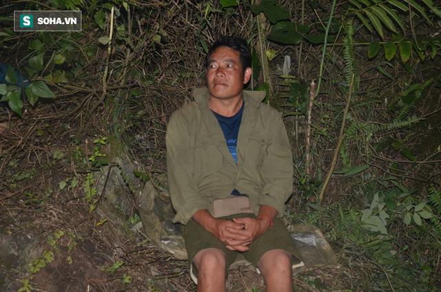 [Ảnh] Người dân, cứu hộ nằm trên mỏm đá, cửa hang chờ giải cứu người đàn ông mắc kẹt dưới hang nước - Ảnh 9.