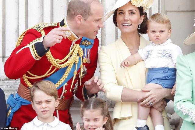 Lần đầu tiên xuất hiện công khai cùng gia đình, Hoàng tử Louis đã nhanh chóng đánh bật tất cả, trở thành nhân vật HOT nhất sự kiện  - Ảnh 1.