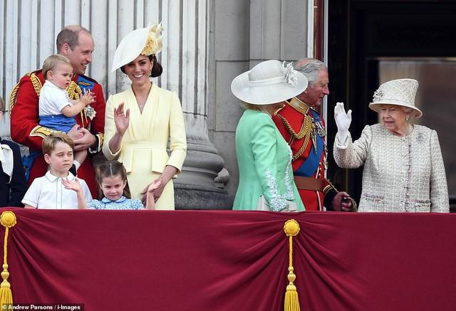 Lần đầu tiên xuất hiện công khai cùng gia đình, Hoàng tử Louis đã nhanh chóng đánh bật tất cả, trở thành nhân vật HOT nhất sự kiện  - Ảnh 2.