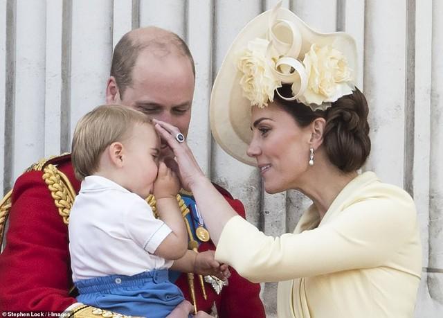 Lần đầu tiên xuất hiện công khai cùng gia đình, Hoàng tử Louis đã nhanh chóng đánh bật tất cả, trở thành nhân vật HOT nhất sự kiện  - Ảnh 3.