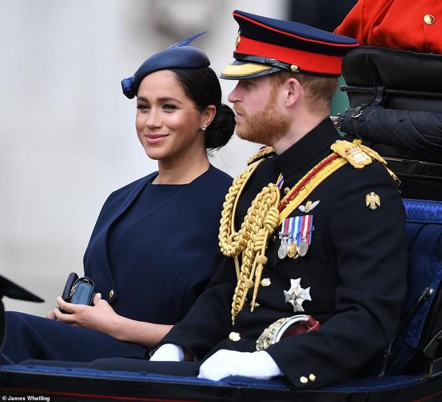 Là thành viên HOT nhất nhưng Hoàng tử Louis bị phát hiện mặc lại đồ cũ của nhân vật này, còn Meghan bị chỉ trích vì lảng tránh ông Trump - Ảnh 3.