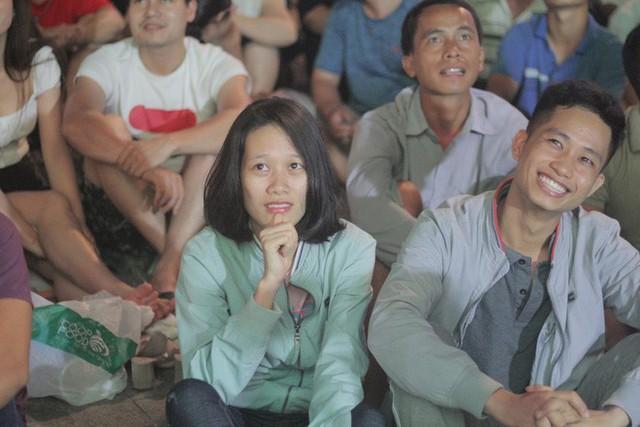 Tuyển Việt Nam thua sát nút, cổ động viên nuối tiếc, đốt pháo sáng tại phố đi bộ Nguyễn Huệ - Ảnh 4.
