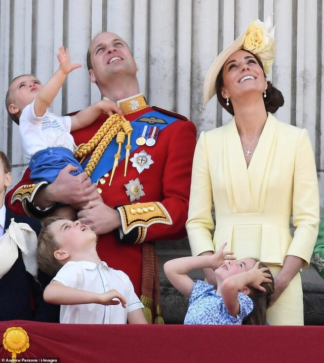 Lần đầu tiên xuất hiện công khai cùng gia đình, Hoàng tử Louis đã nhanh chóng đánh bật tất cả, trở thành nhân vật HOT nhất sự kiện  - Ảnh 4.