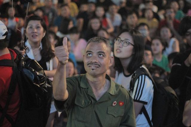Tuyển Việt Nam thua sát nút, cổ động viên nuối tiếc, đốt pháo sáng tại phố đi bộ Nguyễn Huệ - Ảnh 7.