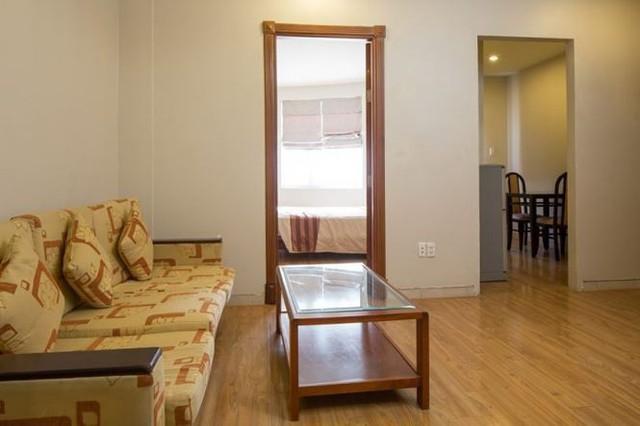 Phòng khách trước khi cải tạo, thiếu sáng và bí bách.