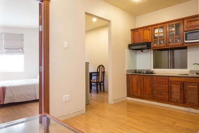Các bức vách nhà bếp khiến cho không gian trở nên chật chội hơn.