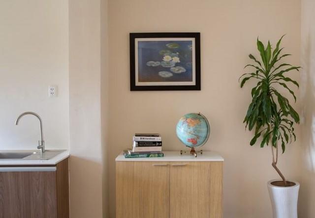 Hệ thống tủ kệ âm tường được bố trí giúp tận dụng tối đa diện tích sử dụng.