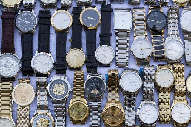 5 mẹo phát hiện đồng hồ hàng hiệu giả không phải quý ông nào cũng biết: Ghi nhớ ngay để tránh mất tiền oan! - Ảnh 1.