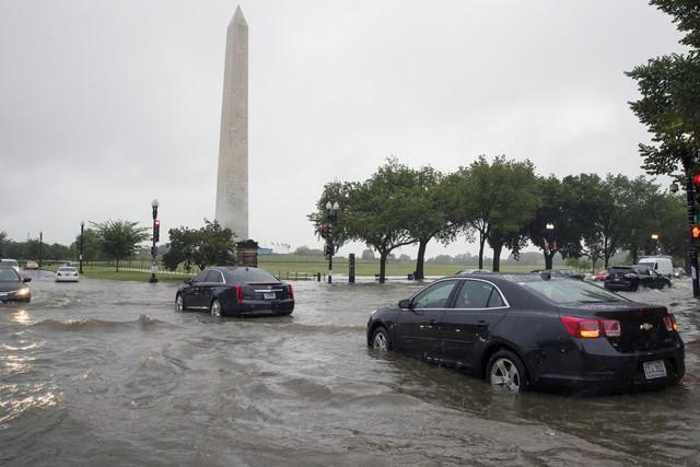 Hình ảnh lạ: Thủ đô nước Mỹ chìm trong biển nước, Nhà Trắng cũng bị ngập - Ảnh 1.
