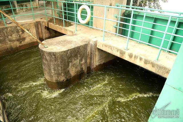 Triệu khối nước cuồn cuộn đổ vào, sông Tô Lịch biến sắc - Ảnh 2.