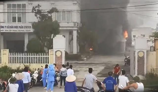 Nhà máy dược phẩm ở Hải Dương bốc cháy ngùn ngụt kèm tiếng nổ lớn, xưởng rộng 1.700m2 bị thiêu rụi - Ảnh 1.