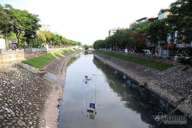 Triệu khối nước cuồn cuộn đổ vào, sông Tô Lịch biến sắc - Ảnh 12.