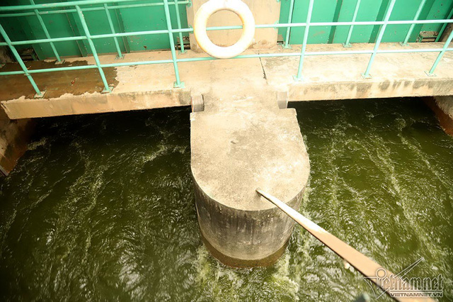 Triệu khối nước cuồn cuộn đổ vào, sông Tô Lịch biến sắc - Ảnh 4.