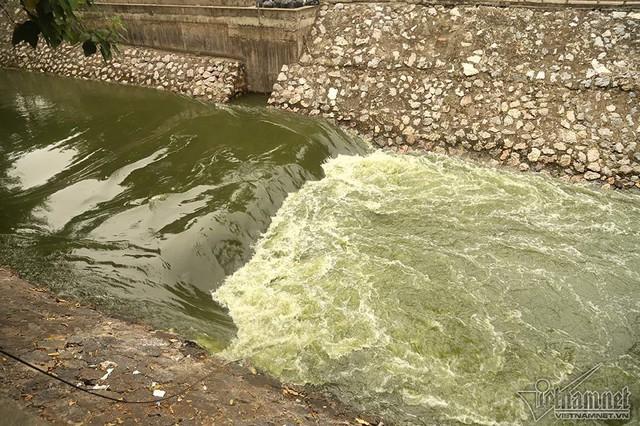Triệu khối nước cuồn cuộn đổ vào, sông Tô Lịch biến sắc - Ảnh 5.