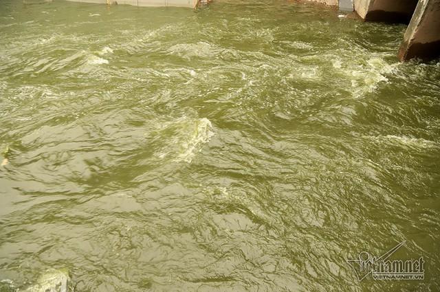 Triệu khối nước cuồn cuộn đổ vào, sông Tô Lịch biến sắc - Ảnh 9.