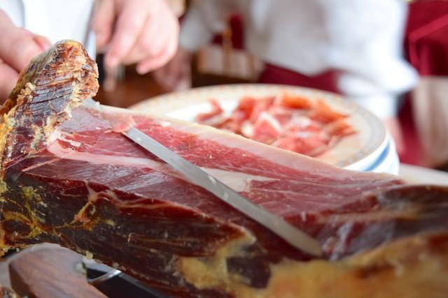 Treo đùi lợn trên núi hơn 1 năm cho mốc meo rồi gọi nó là báu vật ẩm thực, chắc cũng chỉ có người Tây Ban Nha - Ảnh 1.