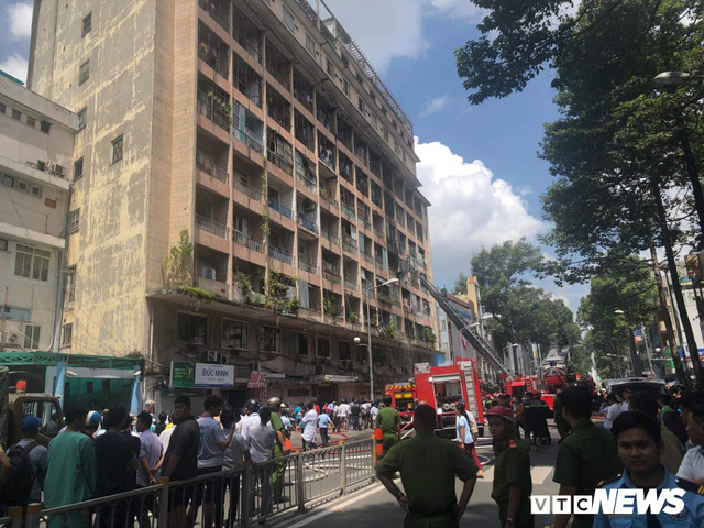 Cháy ký túc xá sát bệnh viện, hàng chục bệnh nhân phải sơ tán khẩn cấp - Ảnh 1.