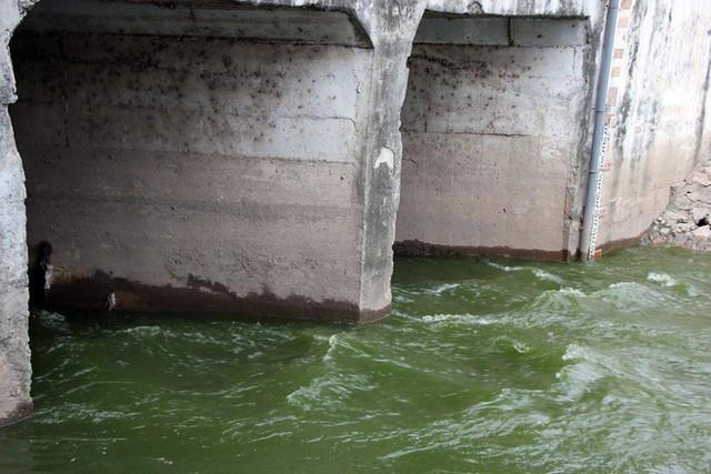 Cận cảnh nước sông Tô Lịch sau 2 ngày hồ Tây mở cửa xả nước - Ảnh 1.