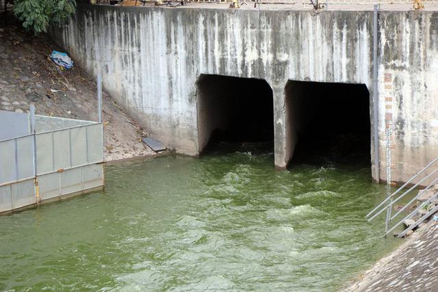 Cận cảnh nước sông Tô Lịch sau 2 ngày hồ Tây mở cửa xả nước - Ảnh 2.