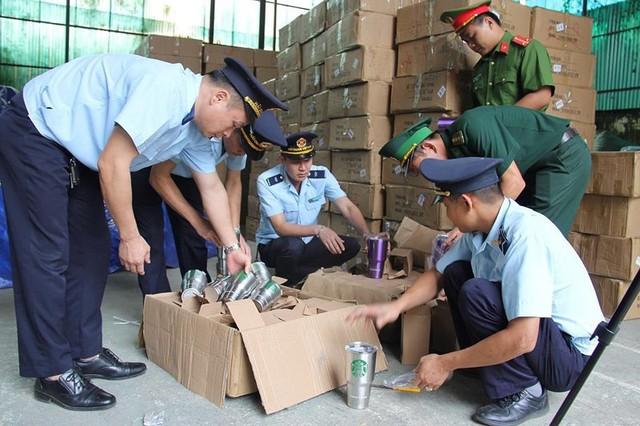 Đột kích kho chứa 8.400 chiếc cốc nghi giả mạo hàng Thái Lan - Ảnh 1.