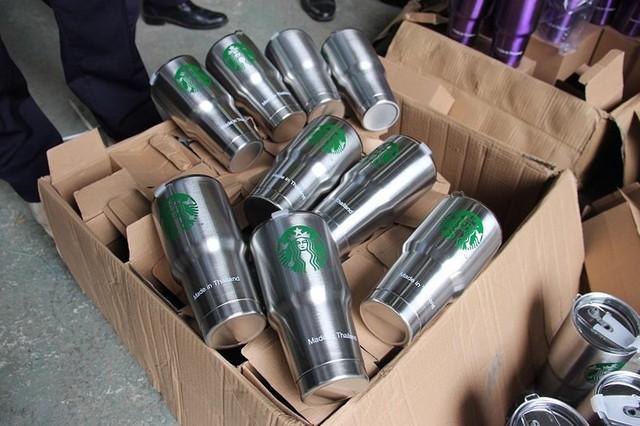 Đột kích kho chứa 8.400 chiếc cốc nghi giả mạo hàng Thái Lan - Ảnh 2.