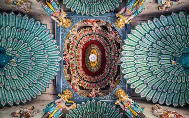 """Không tin vào mắt mình ngôi đền được canh giữ bởi """"cá khổng lồ"""" đẹp hệt cổ tích đang """"gây bão"""" Thái Lan - Ảnh 2."""