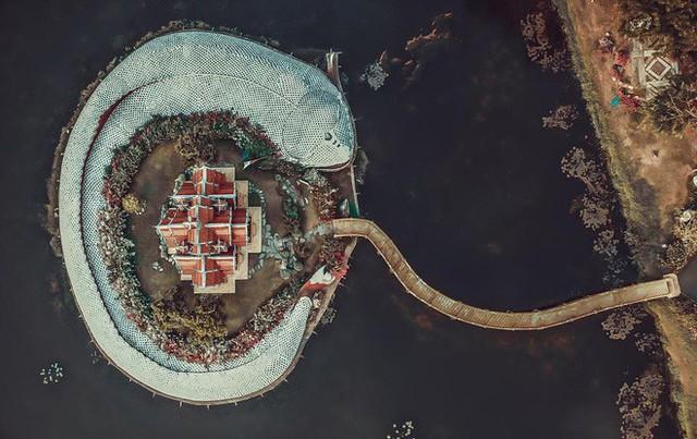 """Không tin vào mắt mình ngôi đền được canh giữ bởi """"cá khổng lồ"""" đẹp hệt cổ tích đang """"gây bão"""" Thái Lan - Ảnh 3."""