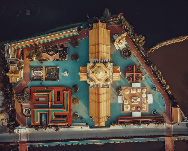 """Không tin vào mắt mình ngôi đền được canh giữ bởi """"cá khổng lồ"""" đẹp hệt cổ tích đang """"gây bão"""" Thái Lan - Ảnh 4."""