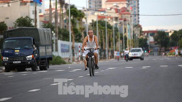 Người dân thoải mái tập thể dục buổi sáng trên con đường 8 làn sắp thông xe - Ảnh 5.