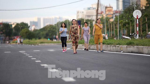Người dân thoải mái tập thể dục buổi sáng trên con đường 8 làn sắp thông xe - Ảnh 7.