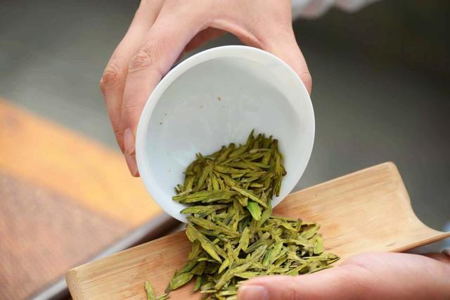 Từ nhúm trà xanh vua Càn Long trộm của cô thôn nữ, giờ đây mới có món Tôm Long Tỉnh thơm ngon nức tiếng - Ảnh 2.