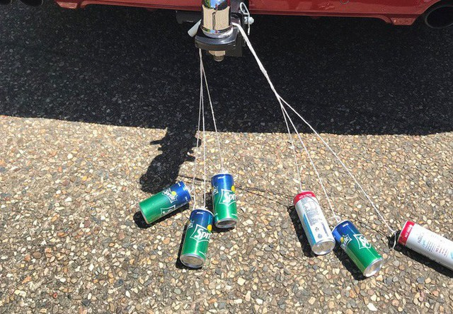 Nhìn thấy chai nhựa rỗng kẹp giữa lốp và thân xe: Tài xế đặc biệt lưu ý - Ảnh 2.