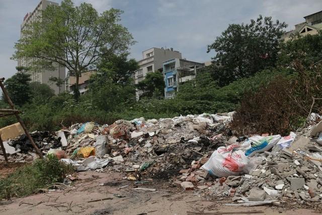 Ngổn ngang rác thải cạnh tuyến đường hàng chục tỉ đồng vừa mới xây - Ảnh 1.
